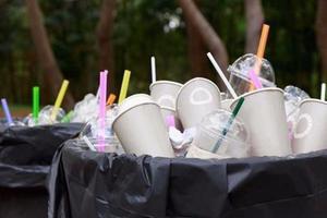 Vì sao bạn không nên dùng ống nhựa để uống nước?